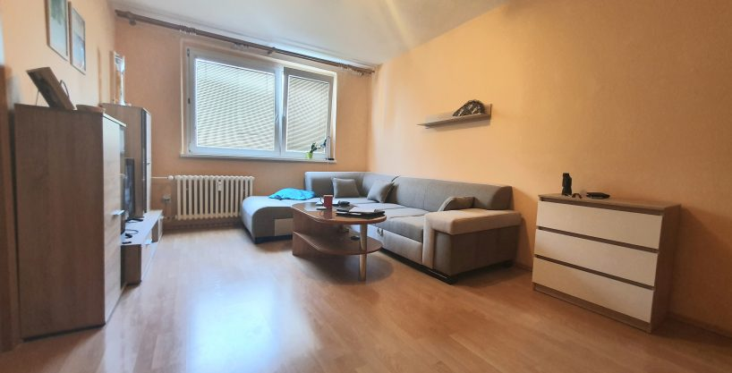 PRedané 🏠🏠Predáme 3 izbový byt v Dúbravke. Krásna a tichá lokalita plná zelene🌳 Byt sa nachádza na Ožvoldikovej ulici.